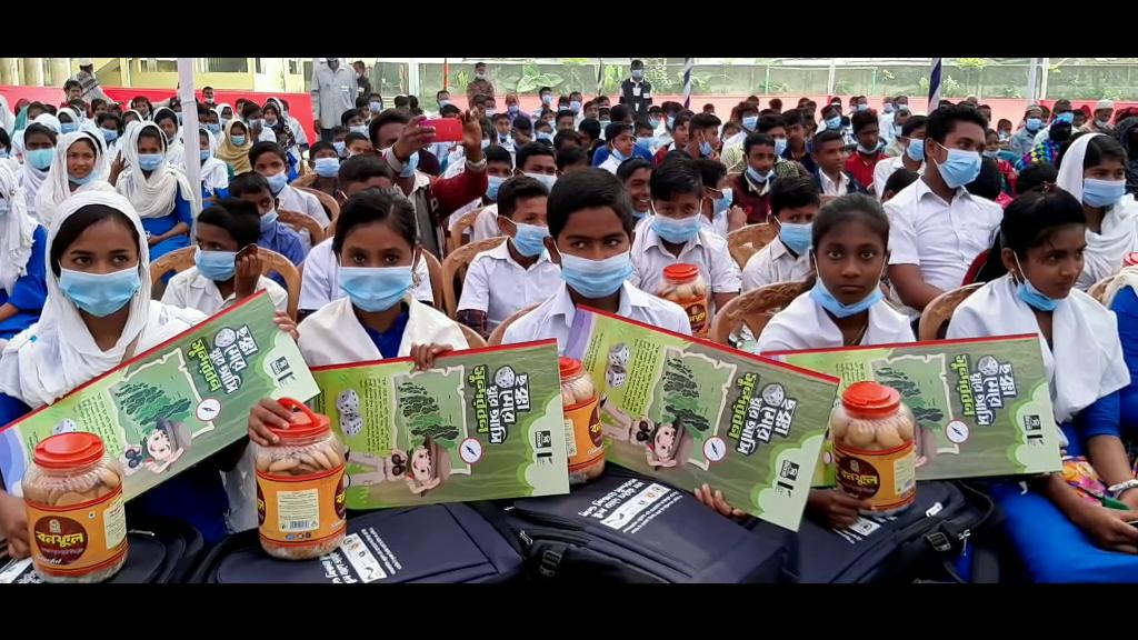 মোংলায় শিক্ষার্থীদের মাঝে উপমন্ত্রীর সুন্দরবন শিক্ষা উপকরণ বিতরণ