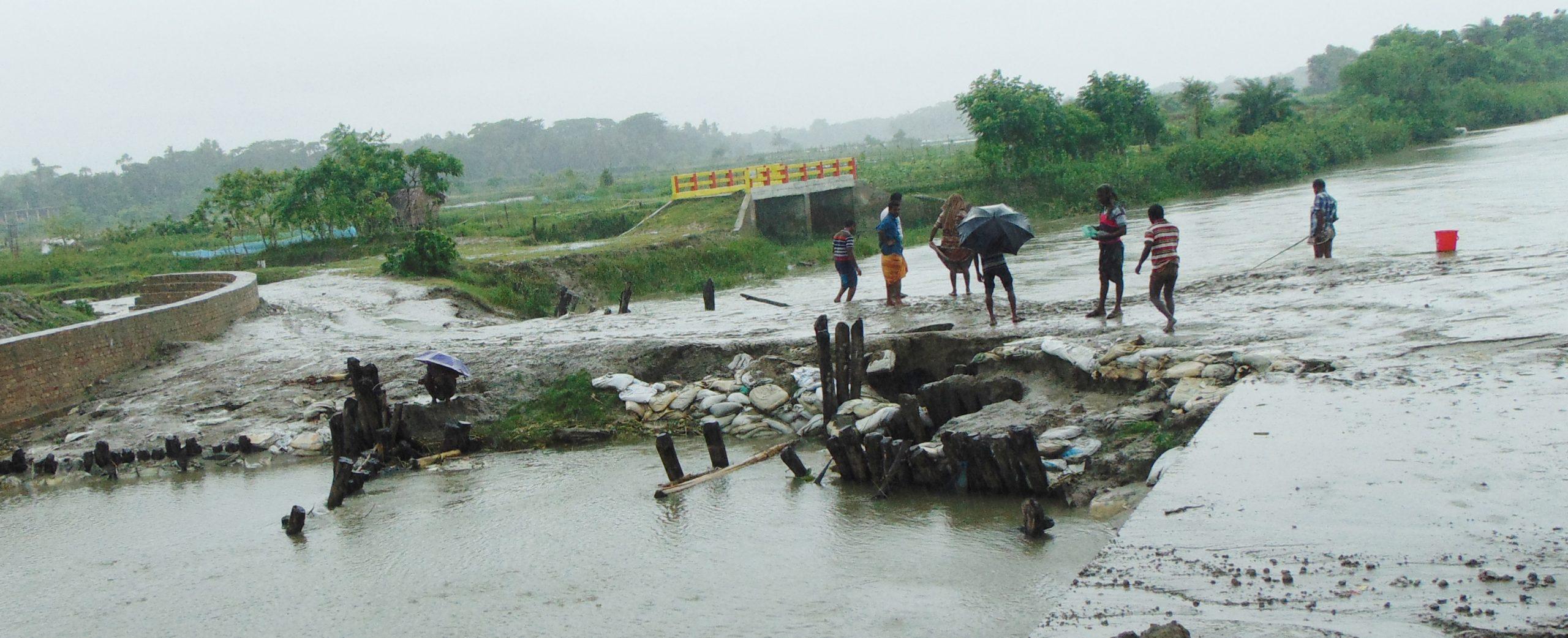 প্রবাহমান নদীতে বাঁধ: ফকিরহাটে ৫০টি গ্রামে স্থায়ী জলাবদ্ধতা