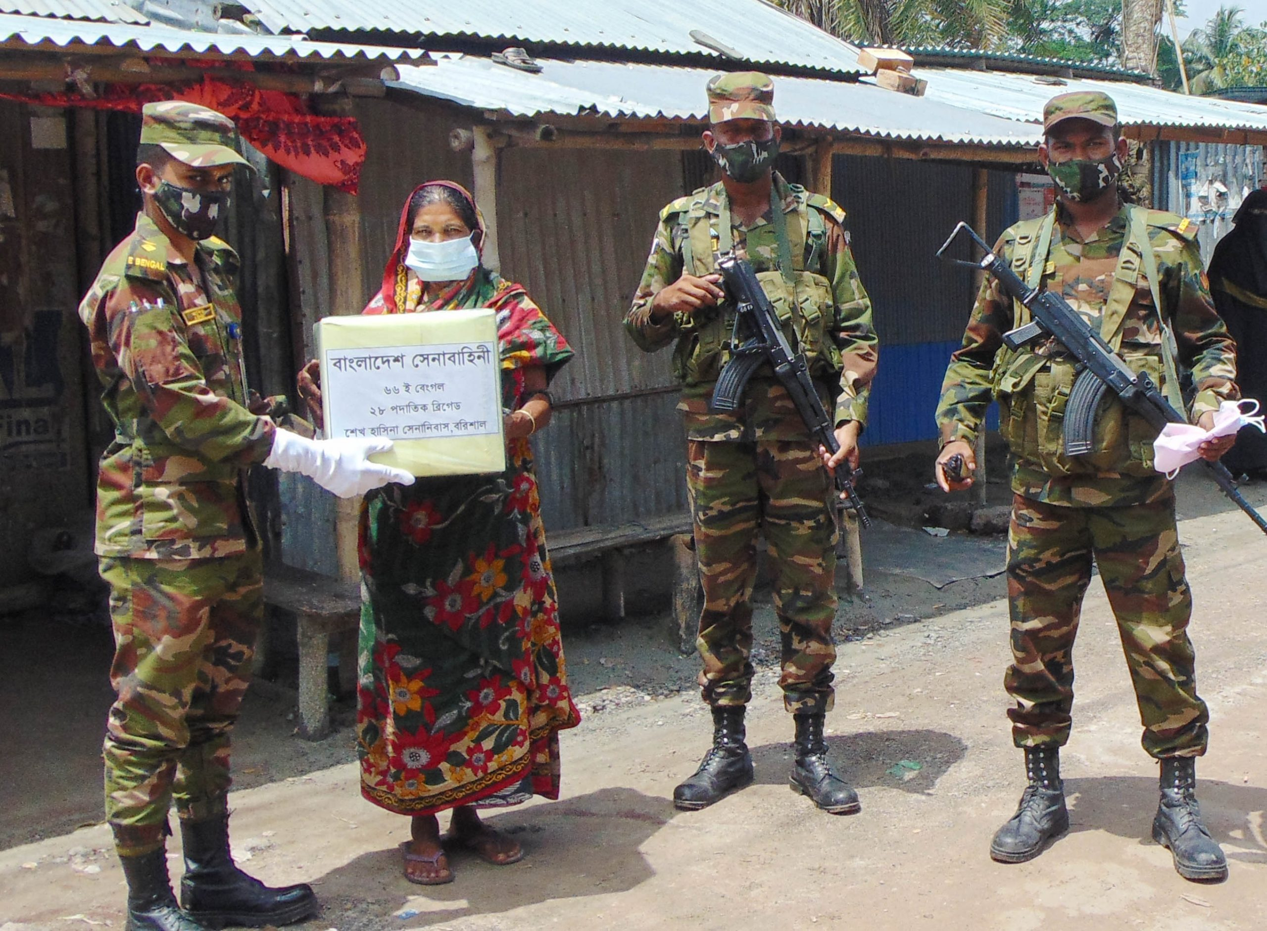 সেনাবাহিনীর খাদ্য বিতরন: ফকিরহাটে লকডাউন অমান্য করায় ১৯জনকে জরিমানা