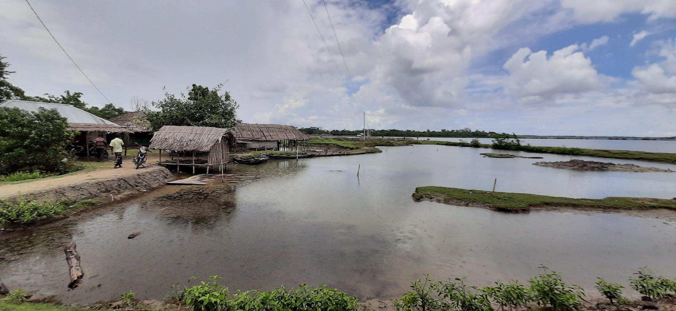 মোংলায় একটি চিংড়ি ঘের দখল নিয়ে দুইটি গ্রুপ মুখোমুখি অবস্থানে