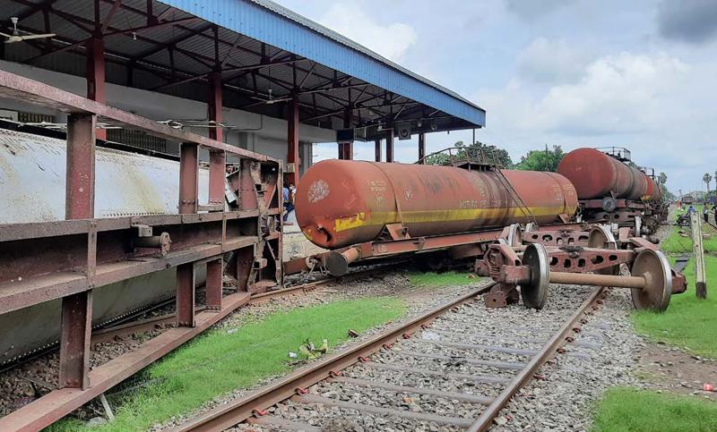 নওয়াপাড়ায় মালবাহী বগিতে তেলবাহী ট্রেনের ধাক্কা : দুই বগি লাইনচ্যুত