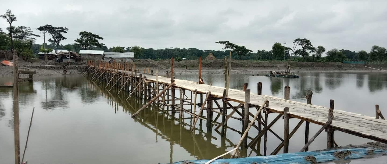 রামপালের দাউদখালী নদীর উপর গ্রামবাসীর তৈরী কাঠের সেতুর উদ্বোধন